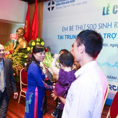 TS.BS.Thầy thuốc ưu tú. Đỗ Văn Tráng - Giám đốc bệnh viện và BS. Nguyễn Thị Nhã - Trưởng trung tâm HTSS tặng quà cho các gia đình vô sinh, hiếm muộn.