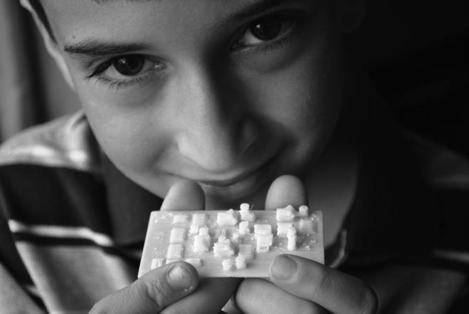 Figura 7 - Andrew segura seu modelo de biblioteca do futuro elaborado no Minecraft e impresso com uma impressora 3D.