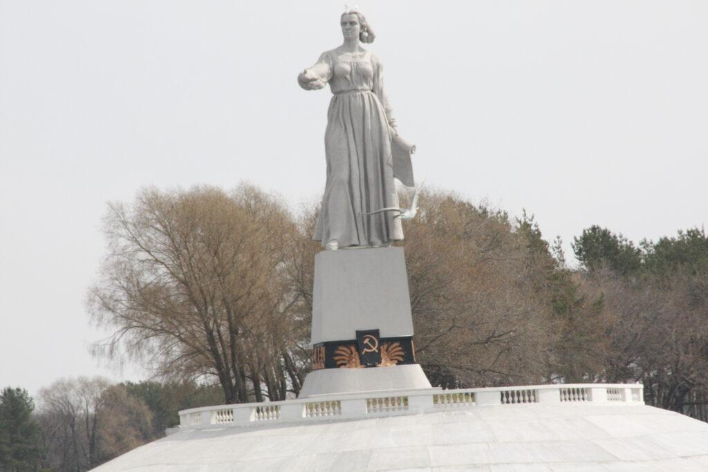 Statue at Rybinsk Dam