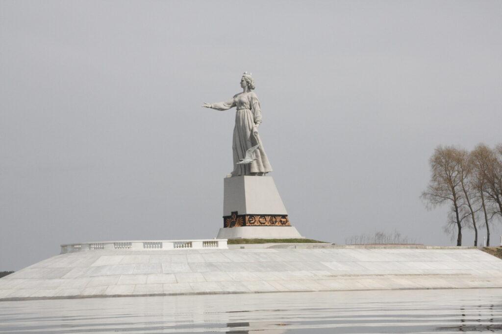 Statue at Rybinsk dam 2