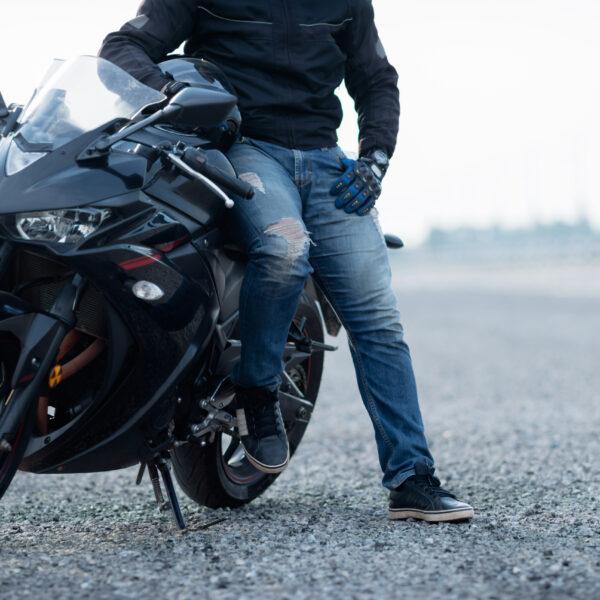 Seguro de moto digital - motociclista con su moto de alto cilindraje y su casco