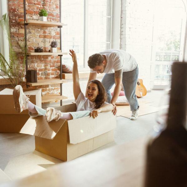 Seguro de Arrendamiento Digital pareja joven inicia su vida en apartamento o casa sin fiador o codeudor