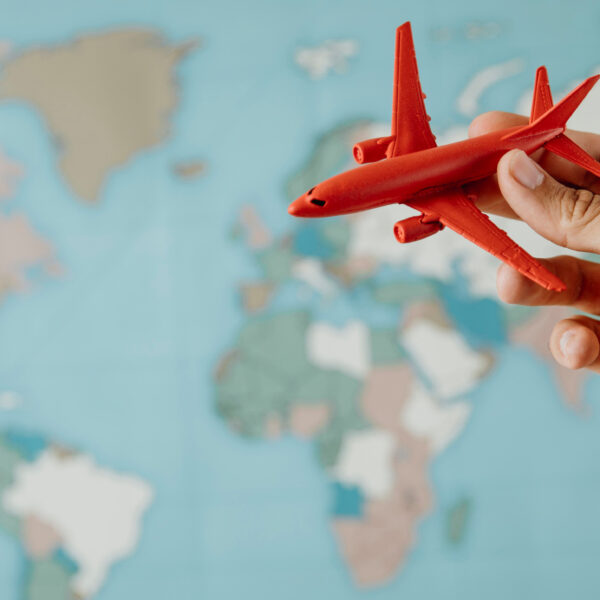 Seguro de Viajes Digital - Una mano sosteniendo un avión de juguete