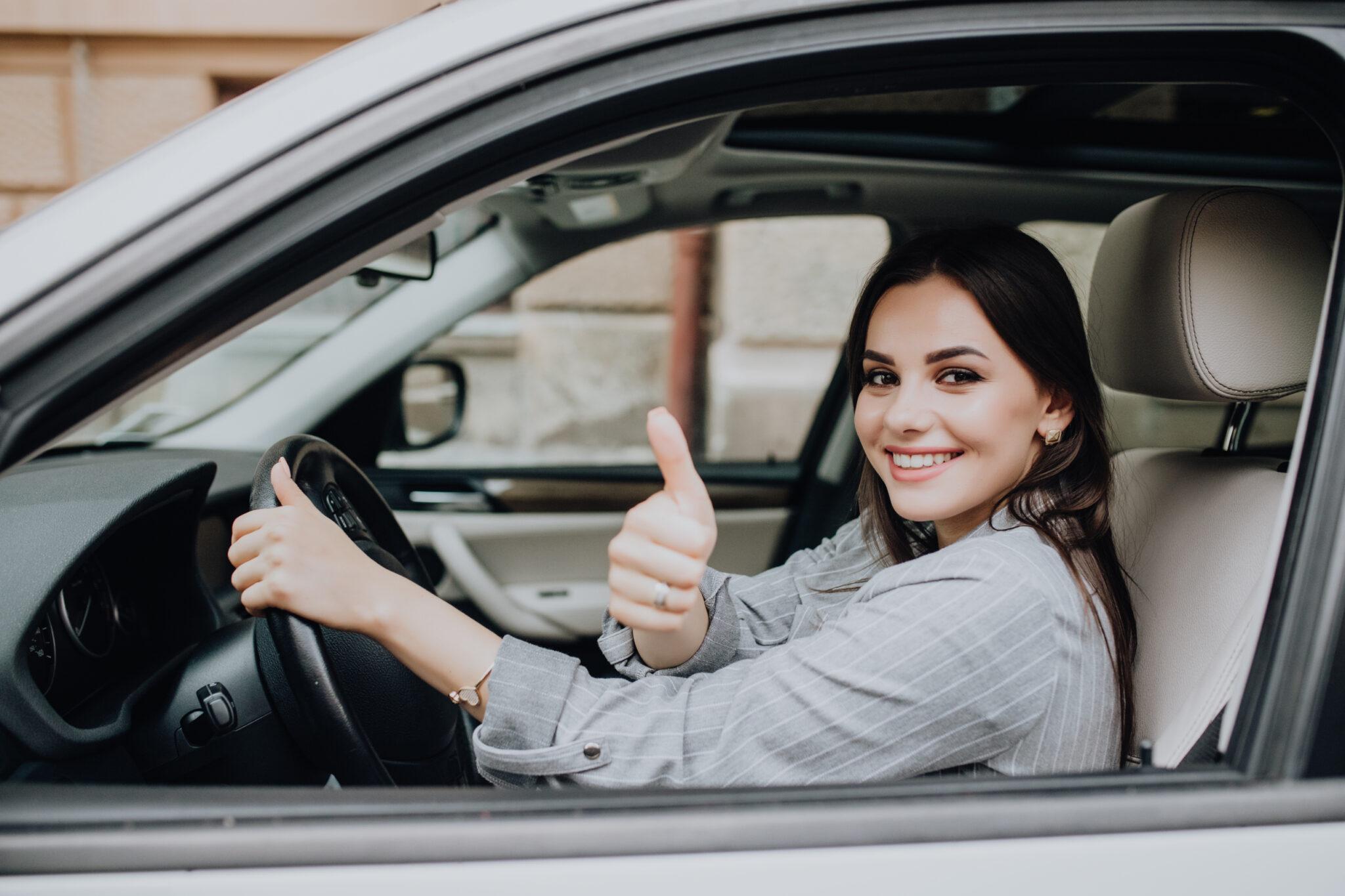 Seguro de carro digital Latina conduciendo feliz su auto