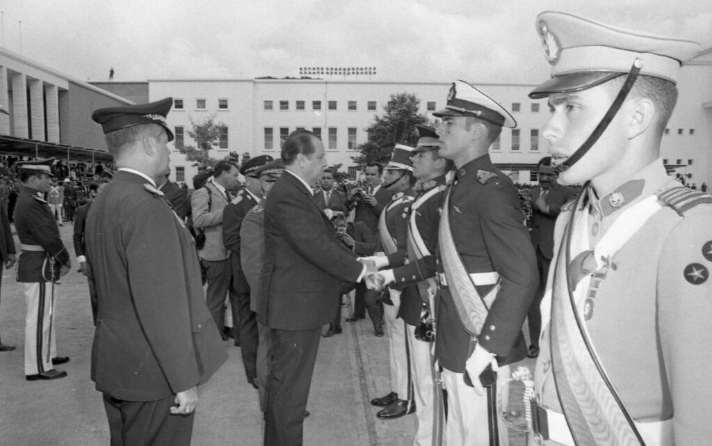 Rafael Caldera y los nuevos oficiales de las Fuerzas Armadas en 1970