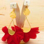 arete dorado flores rojo