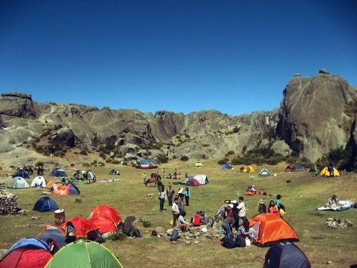 La zona donde la gente realiza el camping se llama Anfiteatro.