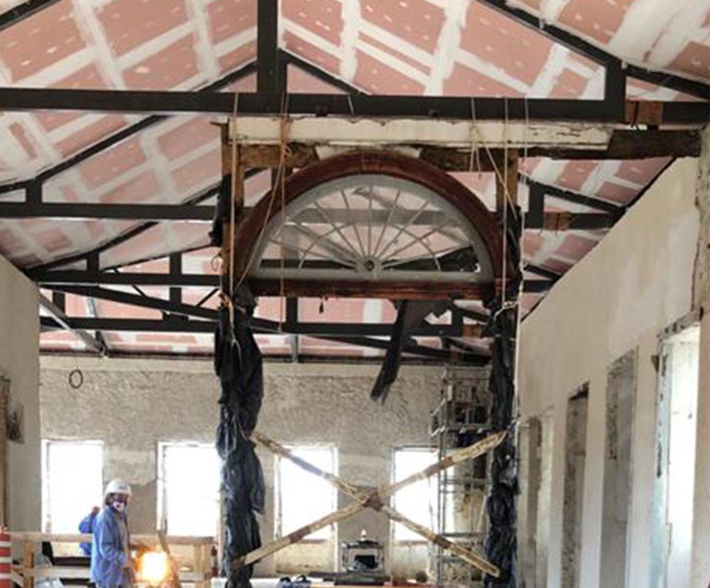 Trabalho de reconstrução do telhado do prédio