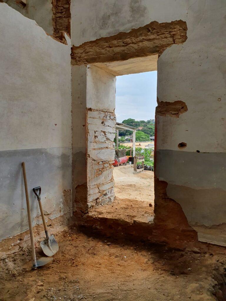 Portas retiradas para restauro
