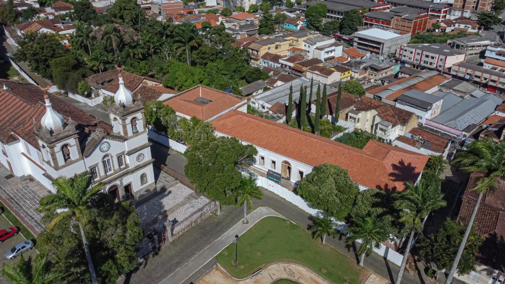 Obra do museu vista do drone, parte 2: com as telhas colocadas