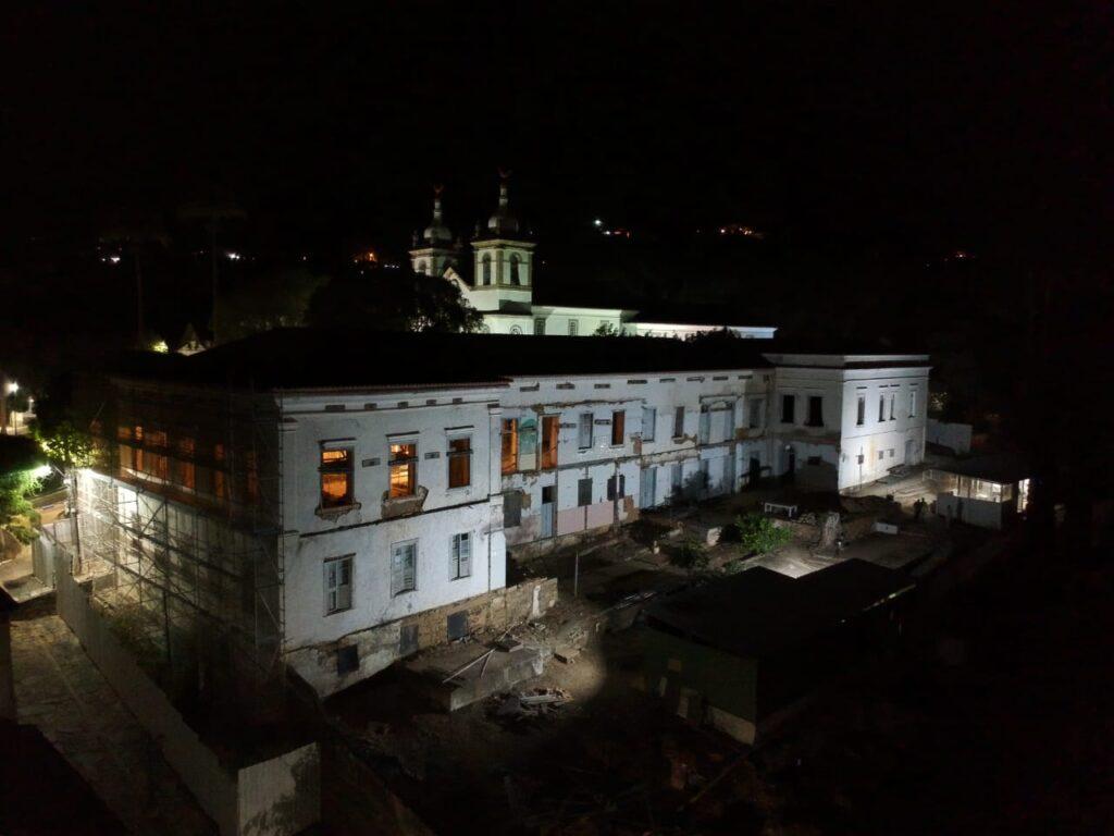 Visão noturna do Museu Vila de Vassouras - em obras