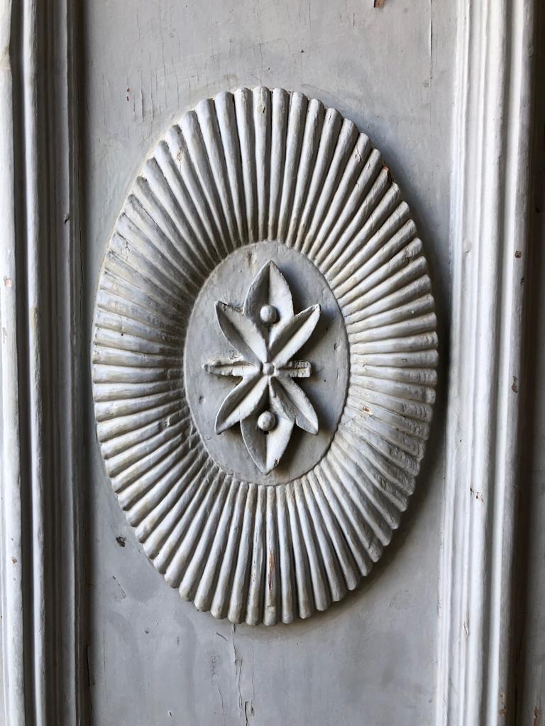 Detalhe da porta principal: folhas de café?