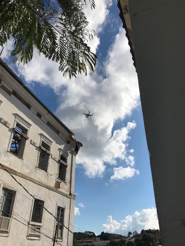 Drone monitorando a evolução da obra