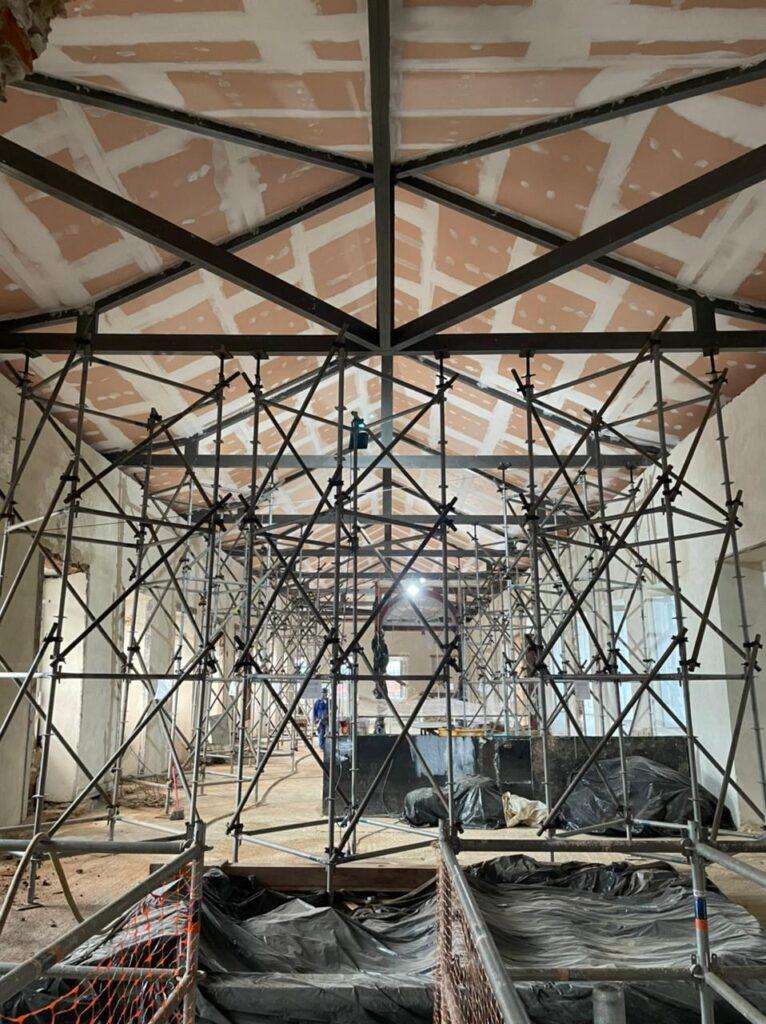 Restauração do telhado: visão interna