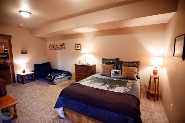 Lower Level Queen and Twin Bedroom - River View Lodge 2