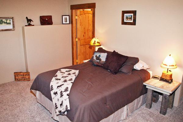 Lower Floor Queen Bedroom - River View Lodge