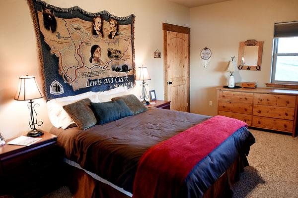 Main Floor Queen Bedroom - River View Lodge