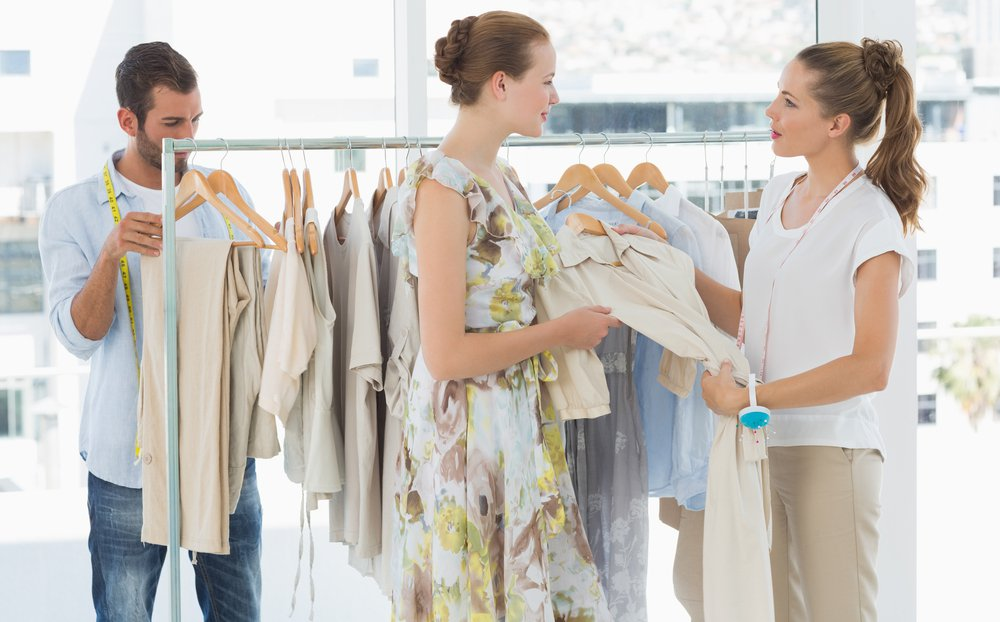 retail associate assisting customer clienteling