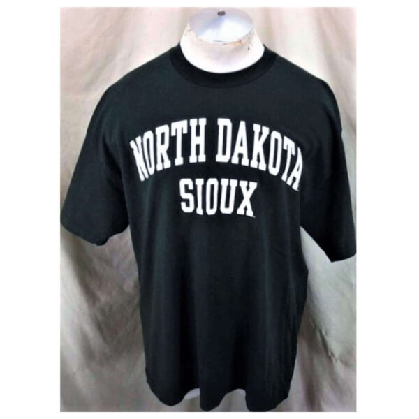 North Dakota Fighting Sioux (XL) Retro College Apparel Spell Out T-Shirt (Main)