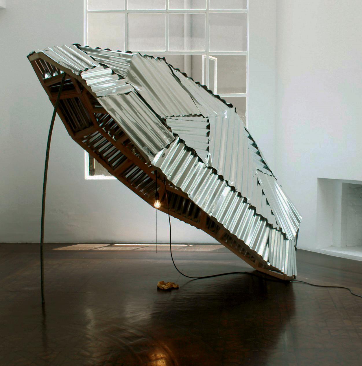 Crónicas de Caza, 2015.  Instalación (zinc, madera, resina, laminilla de oro, bombilla). 250 x 220 x 200 cm.
