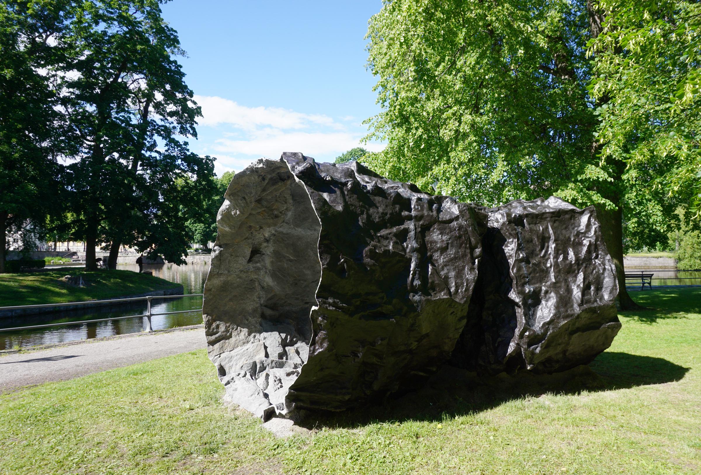 Vacuus, 2016. Fibra de vidrio, resina, pintura poliuretano, pigmentos minerales. 240 x 510 cm. Slottsparken, Örebro, SU