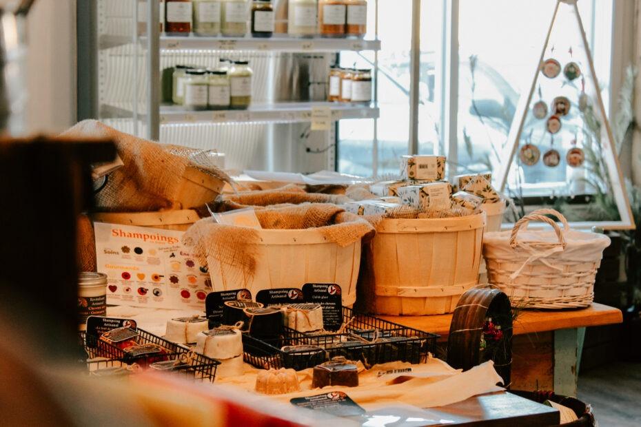 Étalage de produits dans panier à l'entrée de la boutique