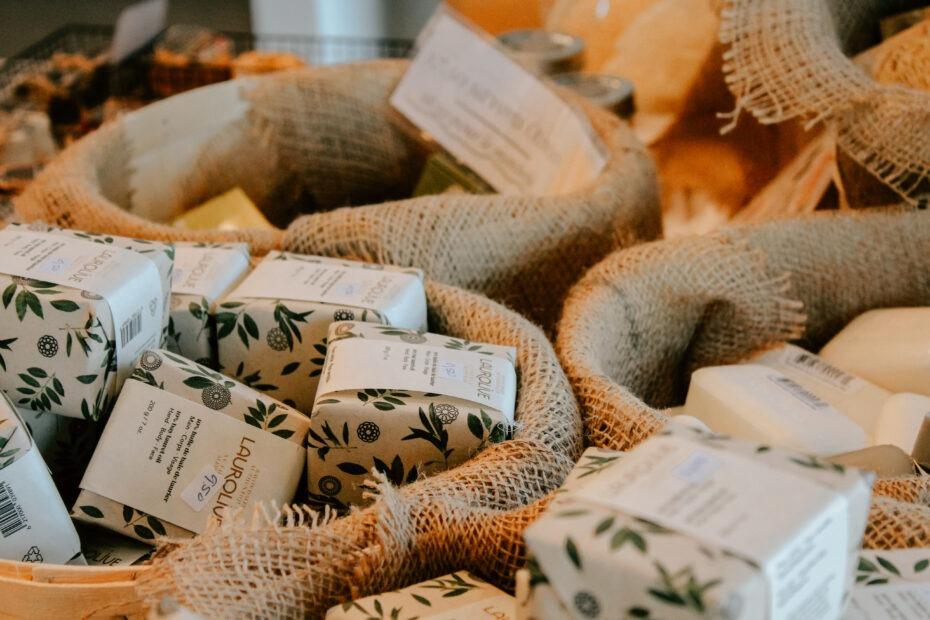 Gros plan sur des paniers de produits naturels offerts en boutique