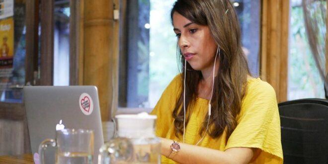 Journalisten dk: Sara runs an international office from her laptop