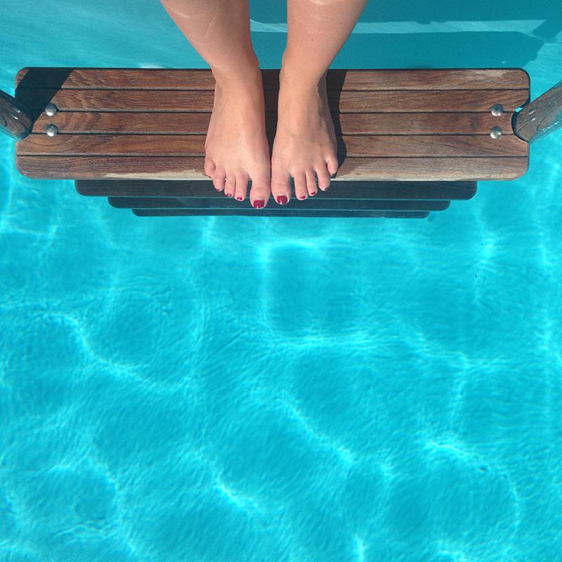 poolside-feet