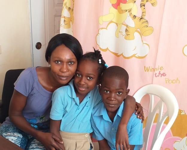 sdaniela (centro) con madre y hermano-2