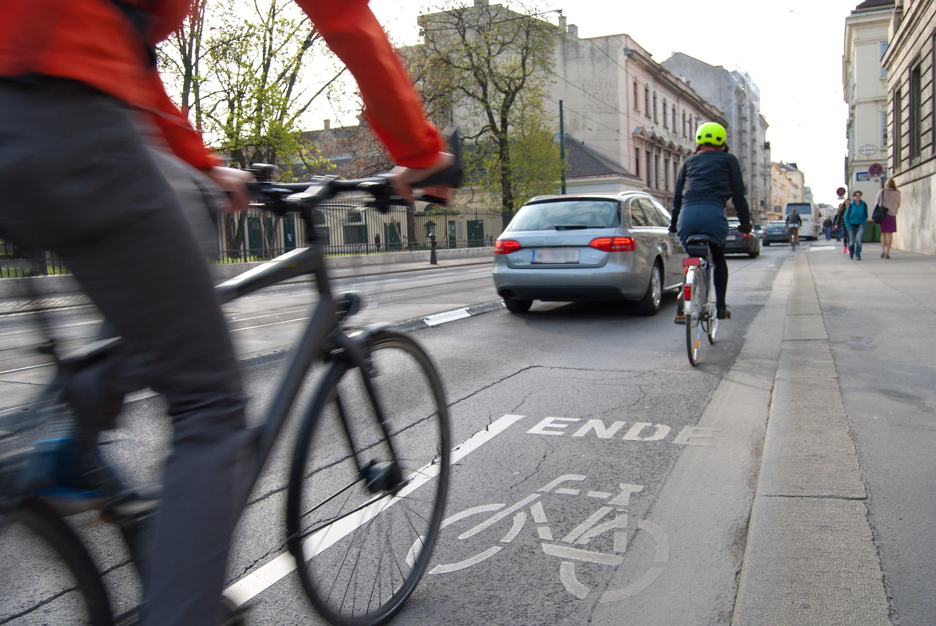 bicicleta en el carril bici de la calle