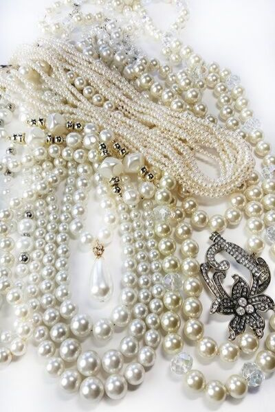 Mixed pearl necklaces. Different shades of white