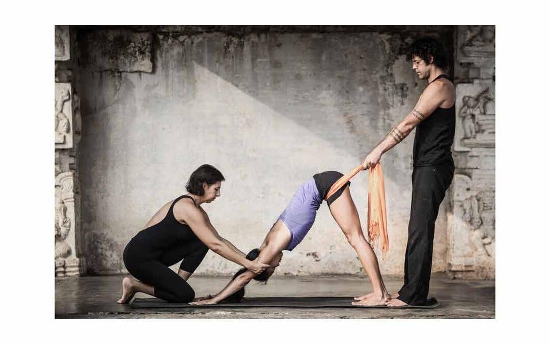 Il patto di fiducia tra allievo e insegnante: gli aggiustamenti nell'Ashtanga Yoga