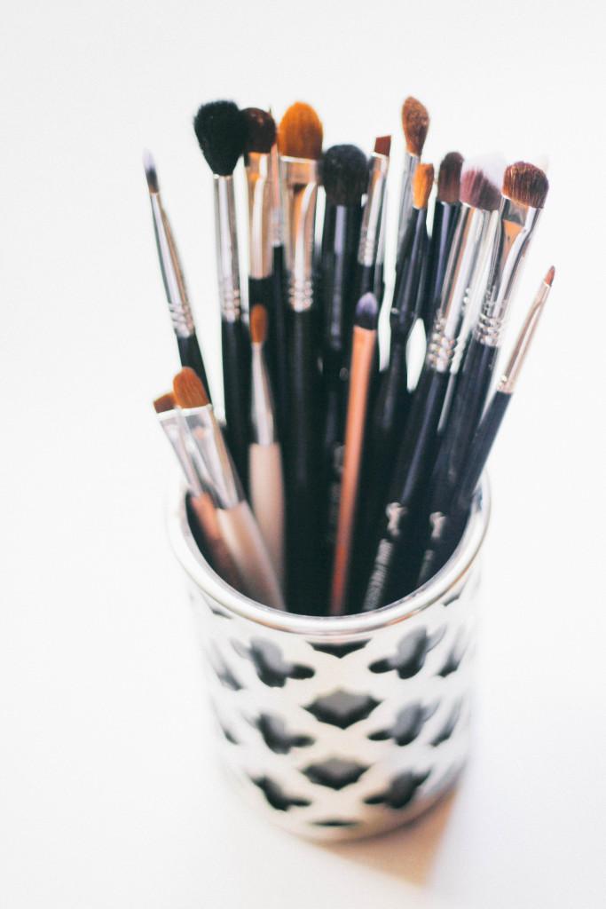5 Signs You Need New Makeup Brushes   BondGirlGlam.com