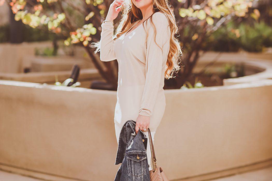Denim Jacket, V-Neck Sweater & White Skinny Jeans | BondGirlGlam.com