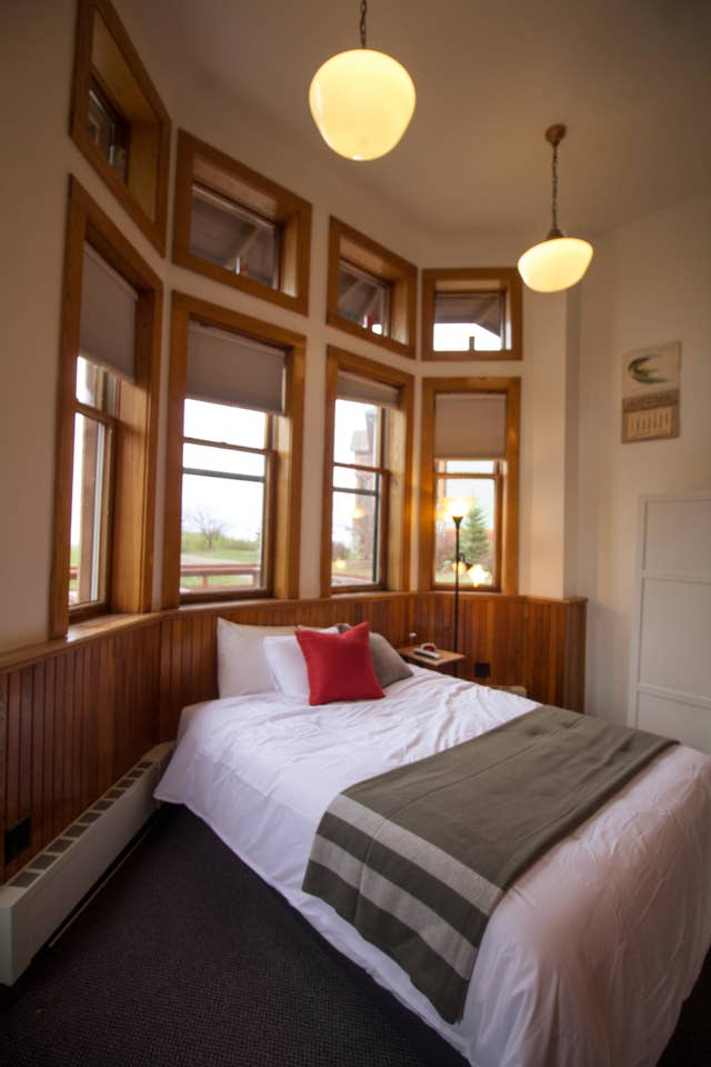 Room 1 with a Lake View and Queen Bed