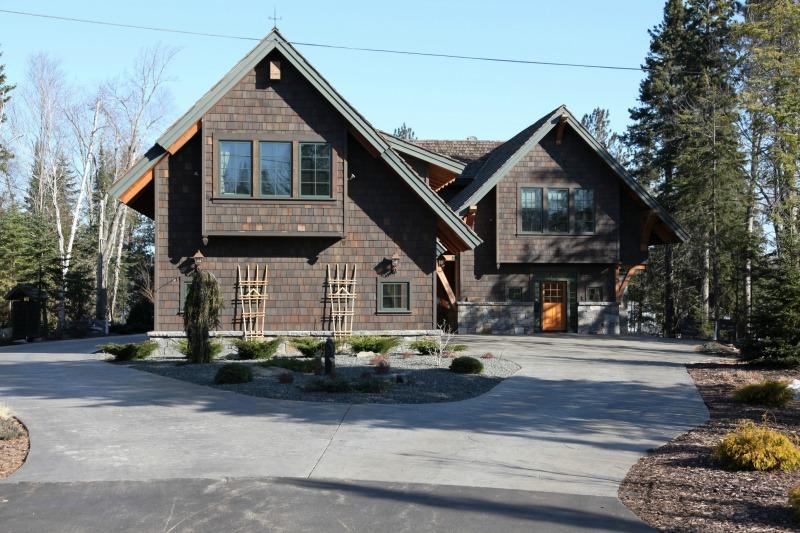 Rustic Craftsman Home Driveway