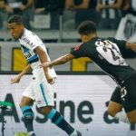 Rocha rola pra cima do Galo e Grêmio vence primeiro jogo da final