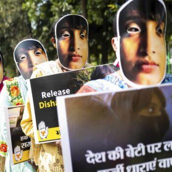تجمع فعالان «کنگرهی جوانان هند» در حمایت از دیشا راوی در دهلی نو در فوریهی ۲۰۲۱. عکس: جوئِل صمد/ایافپی/گتی