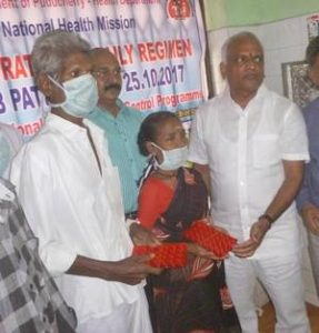 Health minister starts daily TB treatment in India