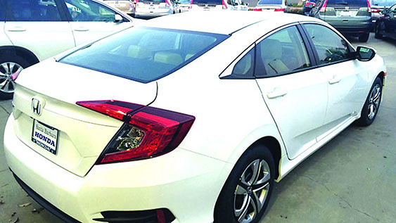 Investigadores dicen que una mujer sospechosa y tranquila condujo afuera del lote de Honda en Goleta, un Honda Civic blanco 2016 de 4 puertas, a eso de las 4 de la tarde el viernes pasado. Investigators say that a female suspect calmly drove off the lot with a 2016 white 4-door Honda Civic, similar to the one pictured below, at about 4:20 p.m./KEYT