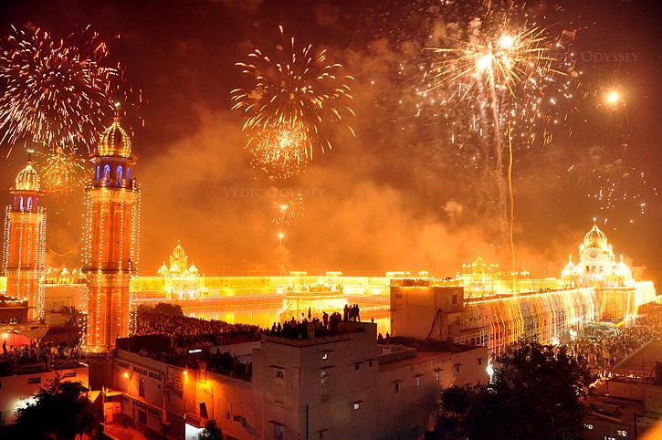 Festive fireworks at Harmandir Sahib temple on Bandi Chhor Divas (PC - Urban_ru - Flickr: DIWALI INDIA 2, CC BY-SA 2.0, wikimedia)
