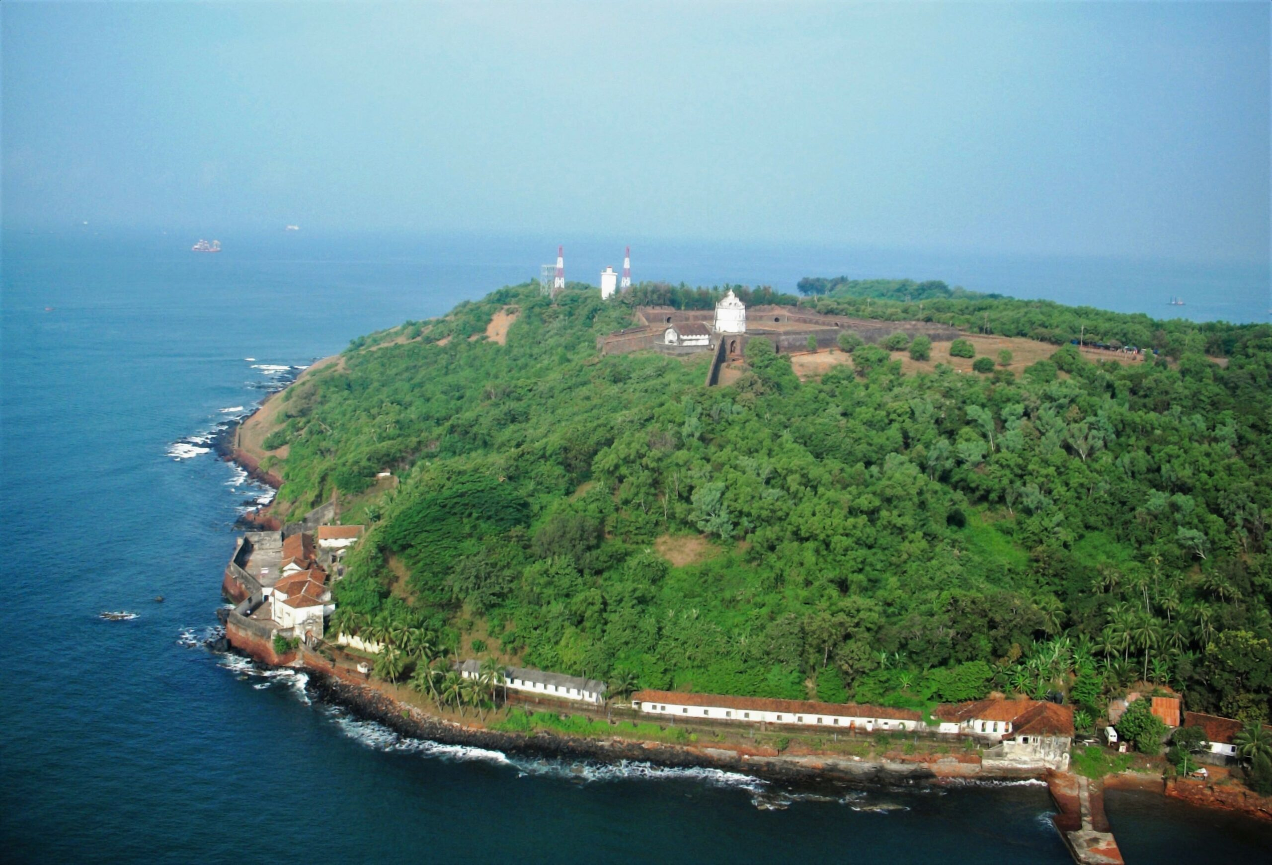 Aerial view of Fort Aguada   PC - Wikimedia Commons