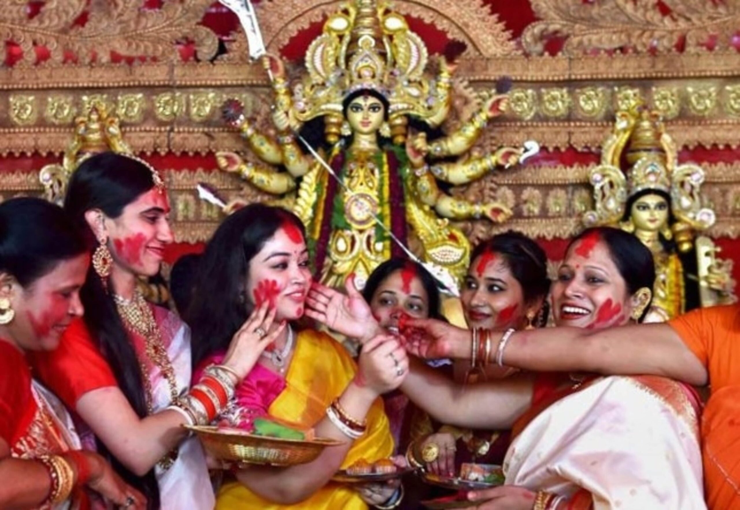 Ritual of Sindur Khela on Vijaya Dashami | PC - herzindagi.com