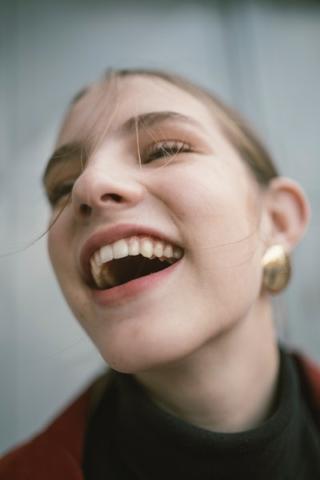 Encías retraídas y dientes expuestos