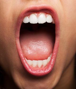 Enfermedad de encías provoca mal aliento