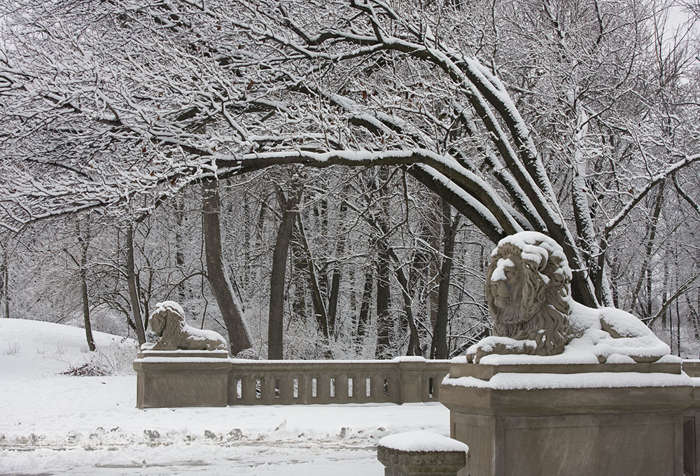 A total of eight sandstone lions guard the ends of two of the park's ravine bridges.