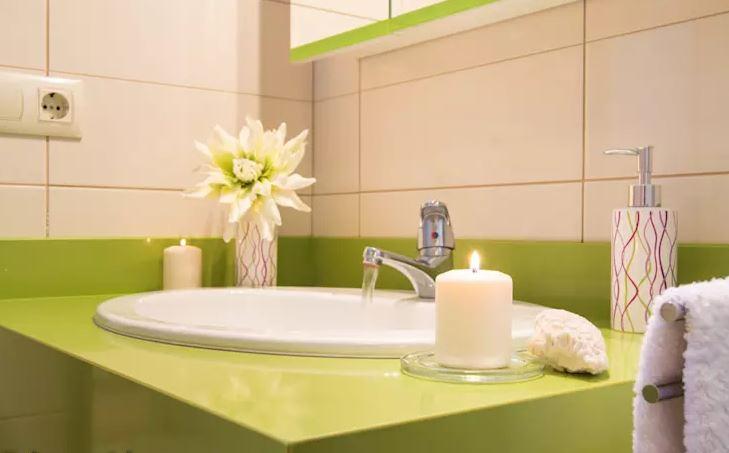 Velas aromáticas en el baño como un spa