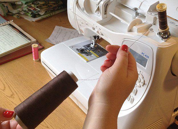 Rellena el carrete de hilo con la máquina de coser