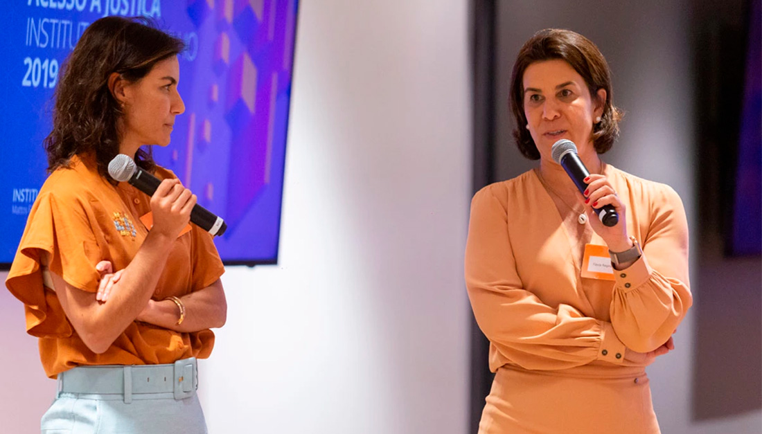 Instituto Mattos Filho directors Paula Vieira (left) and Flavia Regina de Souza at the awards ceremony for the 1st Desafio de Acesso à Justiça in 2019